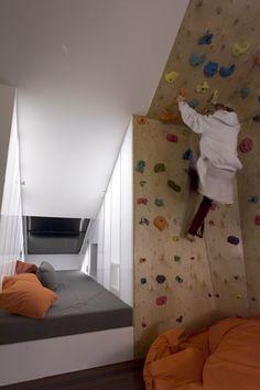 mur d'escalade dans une chambre d'enfant