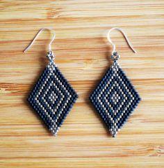Boucles doreilles pendantes (5.5cm env) attaches en argent 925 (avec poinçon), forme losange motif graphique. Tissage peyote à la main en perles Miyuki