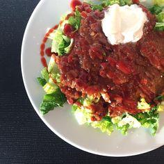 Frokost når det skal gå hurtigt: Chili con carne fra @nupo på en bund af salat, toppet med en klat skyr og sukkerreduceret ketchup  #köttfärssås #fitfamdk #sund #bolognese #sallad #kvarg #vægttab #kødsovs #chiliconcarne #diet