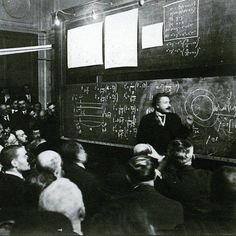 Albert Einstein lecturing on the Theory of Relativity, 1922 Source Pictures in History Isaac Newton, Louis Armstrong, Nikola Tesla, Maquillage Marilyn Monroe, Theoretical Physics, Les Beatles, Theory Of Relativity, Davao, Physicist