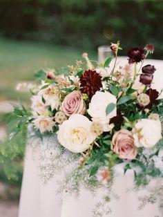 Absolutamente perfecto ramo de novia para tu ceremonia de bodas. Fotografía: Erin J Saldana Photography.