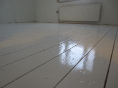 Tältä se lattia nyt näyttää meidän huoneessa. A-valkoista Betoluxia kolme kerrosta.