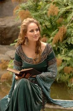 Leelee Sobieski in a green velvet medieval gown. Maybe from In the Name of the King. Medieval Costume, Medieval Dress, Medieval Fashion, Medieval Clothing, Steampunk Clothing, Steampunk Fashion, Historical Costume, Historical Clothing, Historical Photos