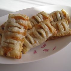 It's crispy and sweet! Use the leftover puff pasty sheets, raw caramel and bananas with black skins. It's just wrapping and baking!