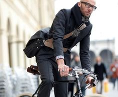 A bit of man-style from Brooks England. Featuring the Brooks Barbican Shoulder bag. Urban Bike, Urban Cycling, Style Hommes Chauves, Bald Men Style, Man Style, Brooks England, Look Fashion, Mens Fashion, Style Masculin