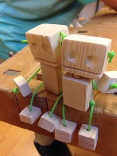 Billedresultat for robot diy træ garn Diy Wooden Projects, Wood Projects For Kids, Wooden Diy, Wood Crafts, Diy And Crafts, Woodworking Apron, Woodworking For Kids, Woodworking Projects That Sell, Cute Kids Crafts