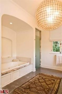 rounded enclave for bathtub