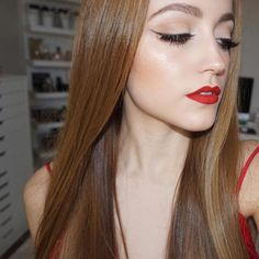 "Kathleen Lights shows off her soft winged liner using wet n wild Color Icon Single in ""Panther"""