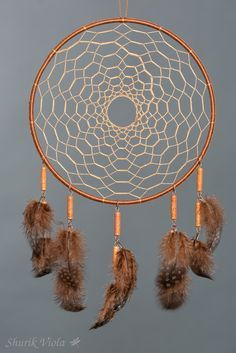 American indian spiritual accessoire to protect dreams. According to the legend, dreamcatcher let the good dreams go through the hole in the middle and catches bad ones, keeping them untill the morning when they disappear with the light. Dream Catcher Patterns, Dream Catcher Decor, Dream Catcher Nursery, Dream Catcher Boho, Making Dream Catchers, Dreams Catcher, Los Dreamcatchers, Dream Catcher Tutorial, Tribal Baby Shower