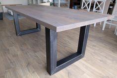 Industriële tafel 'Fitch' - model 2598  Stalen frames zijn ook helemaal strak met de buitenkant van het blad te maken (op verzoek)  Blad afgewerkt in olie kleur naar keuze, hier kleur Havanna