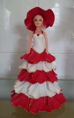 Boneca decorada em eva nas cores branca e vermelha. Consulte opções de cores e apliques.