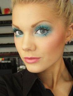 Dagens make-up: Blue hawaii! Kiss Makeup, Beauty Makeup, Eye Makeup, Hair Makeup, Linda Hallberg, Fake Lashes, Eyelashes, Bright Eyeshadow, Blue Hawaii