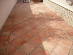 Cómo limpiar suelos de baldosas de barro cocido en terrazas o exteriores Porch Tile, Patio Tiles, Outdoor Walkway, Outdoor Tiles, Floor Design, Patio Design, House Design, Bathroom Floor Tiles, Tile Floor