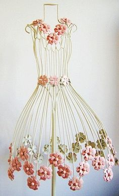 flower on wire dress form. I want one of these for my sewing room Wire Mannequin, Dress Form Mannequin, Jewelry Table Display, Estilo Shabby Chic, Wire Art, Mannequins, Dressmaking, Pretty In Pink, Creations