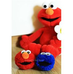 Learn how to DIY pom-pom Elmo and Cookie Monster. Great gift to make, kids will love them a lot!