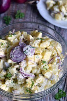Sałatka śledziowa z sosem jogurtowo-musztardowo-koperkowym – Smaki na talerzu Senf Dill Sauce, Tzatziki, Tortellini, Teller, Pasta Salad, Salad Recipes, Potato Salad, Meal Prep, Grilling