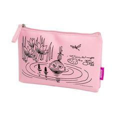 Beautiful pinkmake up pouch, perfect for your day to day cosmetics. Delightful illustration with Little My swimming. Made by Cailap, size 19 x 3 x 12,5 cm.Kaunis vaaleanpunainenmeikkipussi, täydellinen päivittäisessä käytössä oleville kosmetiikka tuotteille. Ihanalla Pikku Myy kuvituksella. Cailapin valmistama, koko 19 x 3 x 12,5 cm, vuori on yksivärinen.Vacker rosanecessär, perfekt för kosmetika produkter som är i dagligt bruk. Förtjusande Lilla My illustration. Insidan är enfärgad…
