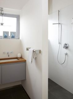 Baño gives some privacy in shower but would need to be wide enough for wheelchair