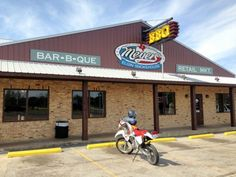 Texas is nearly 900 miles across, so stopping for food is a necessity during road trips. Here are seven of the very best roadside restaurants in Texas. Texas Restaurant, Barbecue Restaurant, Texas Roadtrip, Texas Travel, Cheap Caribbean Vacations, Elgin Texas, Homemade Barbecue Sauce, Texas Bbq, Texas Roadhouse
