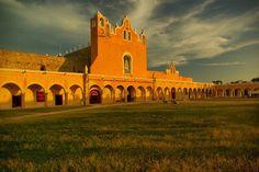 Convento de San Antonio de Padua y su enorme atrio considerado el segundo más grande del mundo. Izamal, Yucatán