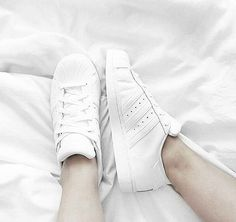 All White: adidas Superstar. Hier entdecken und shoppen: https://sturbock.me/6zL