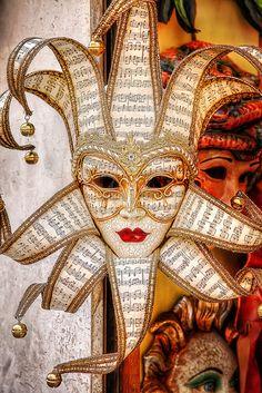 Maschera  Venecia. Venetian mask. #masks #venetianmasks #masquerade http://www.pinterest.com/TheHitman14/artwork-venetian-masks-%2B/