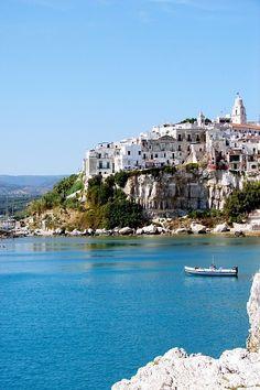 Vue sur la falaise par la mer de Vieste - Puglia