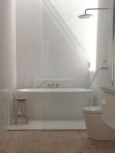 Interesante propuesta: bañera en la ducha con luz cenital. Todo en blanco y madera natural. Tap the link now to see where the world's leading interior designers purchase their beautifully crafted, hand picked kitchen, bath and bar and prep faucets to outfit their unique designs