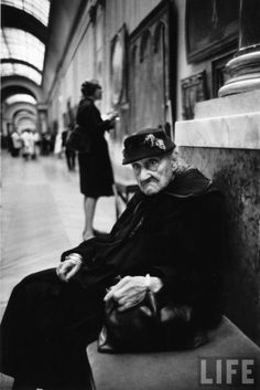 Alfred Eisenstaedt - A 91 year-old woman taking a break during her visit in the Musée du Louvre, Paris, France, 1963.