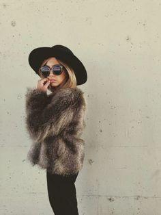 Veste en fourrure , chapeau et lunettes de soleil