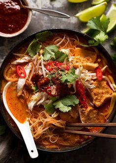 laska noodle soup - thai spicy soup with coconut milk. Overhead photo of Laksa in a rustic bowl, ready to be eaten. Laksa Soup Recipes, Laksa Recipe, Chicken Soup Recipes, Curry Recipes, Pollo Tikka, Poulet Tikka Masala, Chicken Tikka Masala, Chicken Laksa, Restaurant Indien