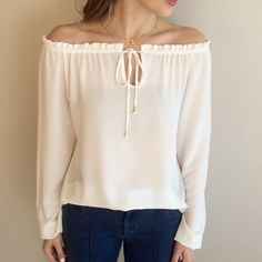 blusa ombro a ombro crepe off white Western Tops, Tunic Designs, Fancy Tops, Ankara Gowns, Style Wish, Cold Weather Outfits, Western Outfits, Couture, Ideias Fashion