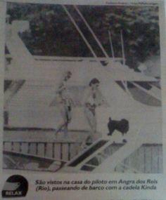 """Jornal - Legenda da foto : """" São vistos na casa do piloto em Angra dos Reis (Rio), passeando de barco com a cadelinha Kinda."""""""