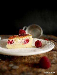 La recette du fameux gâteau magique customisée aux framboises : un pur bonheur en bouche. Simple à faire, vous obtiendrez 3 couches de flan, far et gâteau