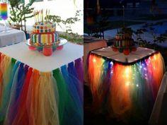 A saia de mesa feita com tule e luzinhas