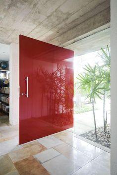Porta pivotante, vidro temperado, vermelha. Puxador pequeno.