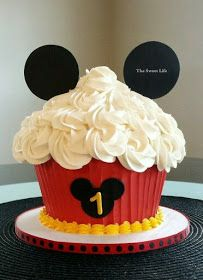 Meio Ligado: Tema de Festa - Mickey e Mickey/Minnie Bolo Do Mickey Mouse, Mickey Mouse Smash Cakes, Cupcake Smash Cakes, Mickey 1st Birthdays, First Birthday Cupcakes, Mickey Mouse First Birthday, Mickey Mouse Cupcakes, Mickey Mouse Clubhouse Birthday Party, Giant Cupcakes