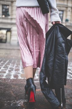 an outfit with a pink pleated skirt Pink Pleated Skirt, What Should I Wear, Cool Style, My Style, Dress Skirt, Trends, How To Wear, Pants, Outfits
