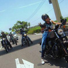 "from Instagram of ""masayo_823"" 🌈🌺🌈🌺🌈 信号待ちではできるだけ影に入りたいきもち、わっかーる。 でも、このお方は入らない、前に出るよ!🙆💮. . あこちんをインスタ載せるときはね、コントラストをめっちゃ下げないと、顔が見えないわ😹😹笑 #owaiknight#harleydavidson#883#sportsstar#virago#steed#bike#chopper#motorgirl#motorcycle#girlsbiker#bikergirl#harleygirl#l4l#saga#佐賀"