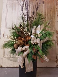 50 Cool Outdoor Christmas Decorations Ideas - Home-dsgn Outdoor Christmas Planters, Christmas Urns, Rustic Christmas, Christmas Holidays, Christmas Wreaths, Funny Christmas, Christmas Images, Merry Christmas, Christmas Ecards