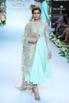 Shyamal & Bhumika - India Lakme Fashion Week -- non-matching dupatta + solid anarkali = clothesgasm Lakme Fashion Week, India Fashion, Ethnic Fashion, Asian Fashion, Lehenga, Anarkali Dress, Pakistani Outfits, Indian Outfits, Ethnic Outfits
