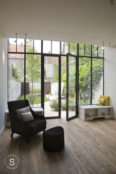Extension house in row, living room view new garden Black window frames Garden Doors, Patio Doors, Interior Architecture, Interior And Exterior, Interior Decorating, Interior Design, House Extensions, Glass House, Home And Living