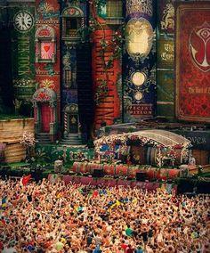 Tomorrowland decor, inspiratie/referentie voor de laatste scène, met name de boeken. Commercieel/autonoom.