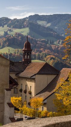 Gruyères Suiza / Gruyères es una ciudad histórica y comuna suiza del cantón de Friburgo, ubicada en el distrito de Gruyère al cual da su nombre