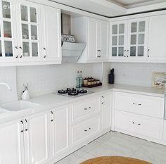 Esra hanımın aydınlık ve zarif, country stil mutfağı. Kitchen Sets, Kitchen Decor, Kitchen Design, Kitchen Trends, Country Stil, Country Decor, Estilo Country, White Kitchen Appliances, Kitchen Cabinets