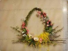 Znalezione obrazy dla zapytania stroiki wielkanocne z papierowej wikliny Easter Crafts, Grapevine Wreath, Grape Vines, Floral Wreath, Diy Crafts, Wreaths, Book, Google, Kids