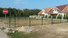 Spoločenstvo susedov, ktorí si postavili nové domy v Čiernej Vode sa dohodli a objednali si u nás dodanie panelového plotu, spoločne aj s montážou.