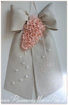 Fiocco di nascita tortora con rose cipria Baby Decor, Kids Decor, Decor Crafts, Diy And Crafts, Baby Mobile, My Little Baby, Kids Coats, Sewing Toys, Baby Store