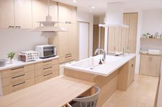 北欧ナチュラルに統一されたLDK Japanese Modern House, Japanese Kitchen, Japan Apartment, Apartment Interior, Minimalist Kitchen, Minimalist Decor, Maple Floors, Kitchen Island Lighting, House Design