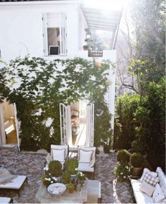To be in this perfect patio terrace for Sunday brunch.......Is there any wine?